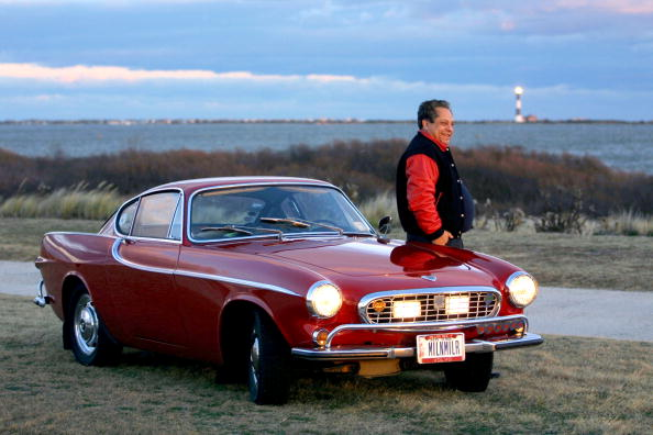 Volvo「Irv Gordon Stands Next To His 1966 Volvo P1800 In This Undated Photo Gordon Was Honored」:写真・画像(3)[壁紙.com]