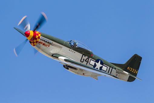 World War II「A P-51 Mustang flies by at Stead Field, Nevada.」:スマホ壁紙(2)