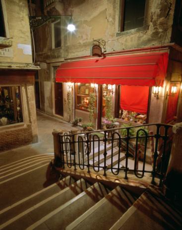 Alley「Italy, Venice, restaurant in narrow street at night」:スマホ壁紙(10)