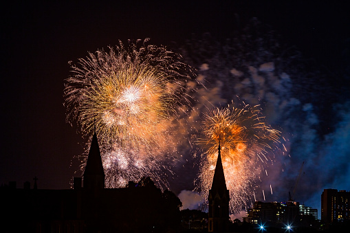 Firework - Explosive Material「New Year's Eve: spectacular fireworks display over Melbourne church spires」:スマホ壁紙(7)