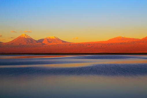 Andean Highlands「Laguna - Lake Tebinquiche, Licancabur and Juriques Volcanoes at gold colored sunset - Turquoise lake reflection and Idyllic Atacama Desert, Volcanic landscape panorama – San Pedro de Atacama, Chile, Bolívia and Argentina border」:スマホ壁紙(9)