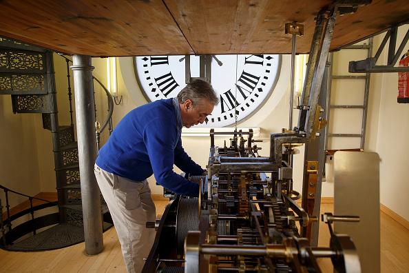 Jose Lopez「Watchmakers Check Puerta del Sol's Clock Ahead of New Year's Eve」:写真・画像(10)[壁紙.com]