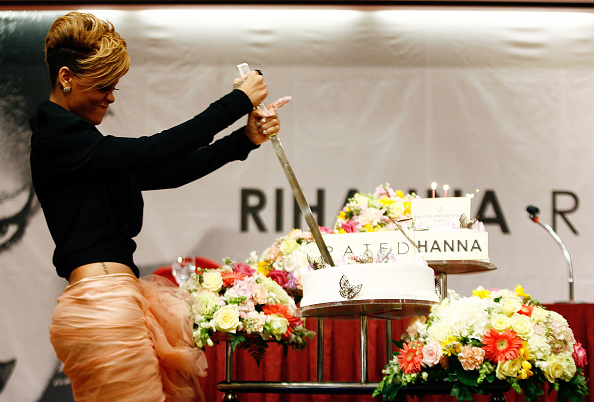 "Cutting「Rihanna Promotes ""Rated R"" In Seoul」:写真・画像(4)[壁紙.com]"