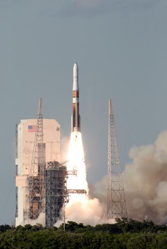 打ち上げロケット「A Delta IV rocket lfits off from its launch complex.」:スマホ壁紙(17)