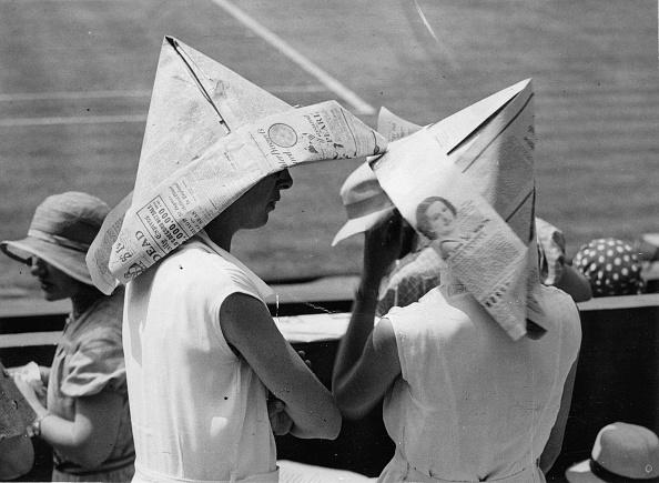 Unrecognizable Person「Women wearing paper hats in Wimbledon, Photographie, June 5th 1933」:写真・画像(14)[壁紙.com]