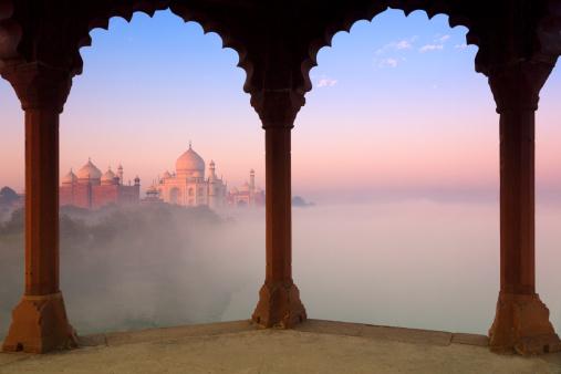 Agra「Taj Mahal in fog framed by arches」:スマホ壁紙(16)