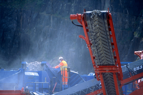 Dust「Crusher and conveyor belt in action  at a quarry, United Kingdom.」:写真・画像(0)[壁紙.com]