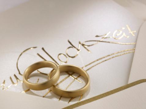 Wedding Invitation「Wedding rings on wedding card, close-up」:スマホ壁紙(0)