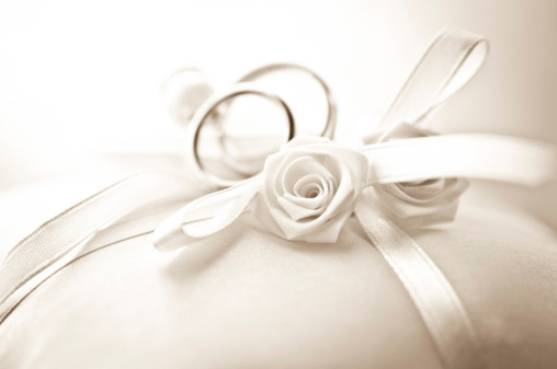 結婚「ウェディングリングの枕、ローズにフォーカスフィールドの浅い深さ」:スマホ壁紙(3)