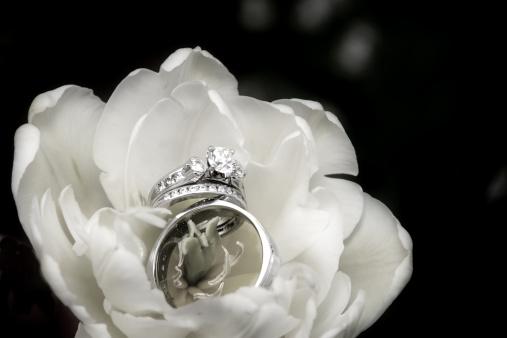 結婚「ウェディングリングで、ブラックとホワイトの花」:スマホ壁紙(0)