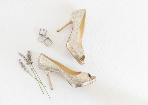 Wedding「Wedding rings and shoes with lavender flowers」:スマホ壁紙(16)