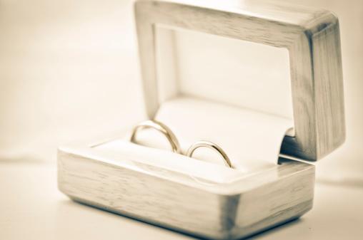 結婚「ウェディングリング、ジュエリーボックス、被写界深度が浅い」:スマホ壁紙(1)
