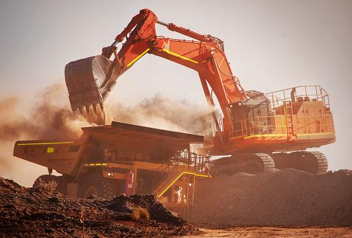 Construction Vehicle「Excavator loads mine truck」:スマホ壁紙(2)