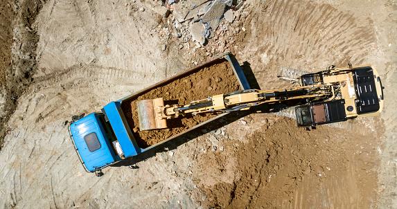 掘る「建設現場でトラックに土を掘ってロード ショベル」:スマホ壁紙(17)