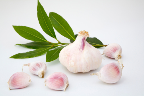 Garlic Clove「Fresh garlic and bay leaves, close-up」:スマホ壁紙(18)