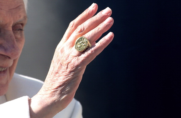 Hand「Pope Benedict XVI Holds His Final General Audience Before His Retirement」:写真・画像(9)[壁紙.com]