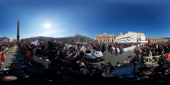 Panoramic「Pope Benedict XVI Holds His Final General Audience Before His Retirement」:写真・画像(8)[壁紙.com]