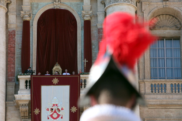 Franco Origlia「Pope Benedict XVI Delivers His Urbi et Orbi  Blessing」:写真・画像(0)[壁紙.com]