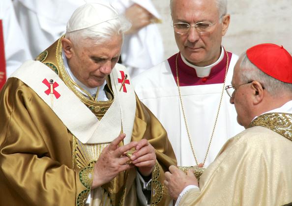 Fisherman「Pope Benedict XVI Holds First Mass in Saint Peter's Square」:写真・画像(7)[壁紙.com]