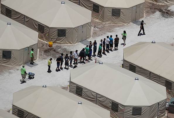 Tent「New Tent Camps Go Up In West Texas For Migrant Children Separated From Parents」:写真・画像(3)[壁紙.com]
