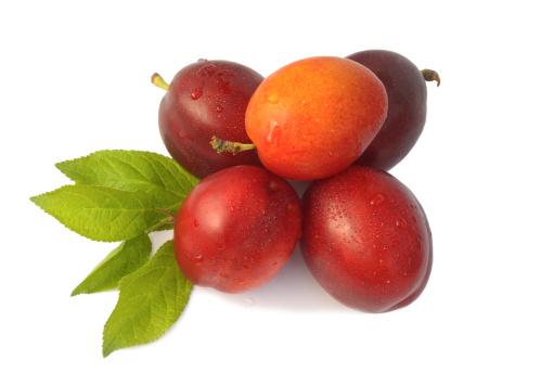 Plum「Pile of ripe, organic Jubeleum plums with leaves.」:スマホ壁紙(14)