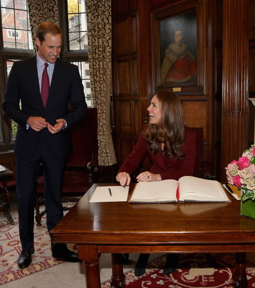 Navy Blue「The Duke And Duchess Of Cambridge Meet Middle Temple Scholars」:写真・画像(11)[壁紙.com]