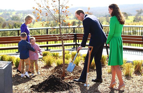 Planting「The Duke And Duchess Of Cambridge Tour Australia And New Zealand - Day 18」:写真・画像(5)[壁紙.com]