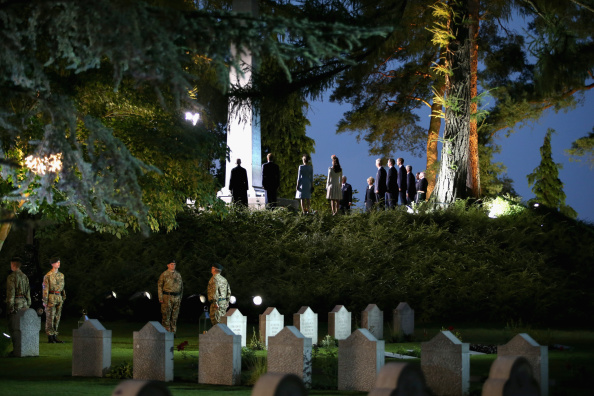 Paying「Duke & Duchess Of Cambridge And Prince Harry Attend St Symphorien Miltary Cemetery」:写真・画像(18)[壁紙.com]
