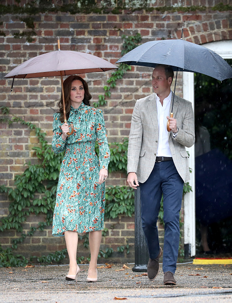 Umbrella「The Duke And Duchess Of Cambridge And Prince Harry Visit The White Garden In Kensington Palace」:写真・画像(2)[壁紙.com]