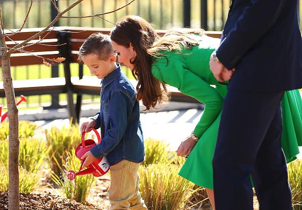 Planting「The Duke And Duchess Of Cambridge Tour Australia And New Zealand - Day 18」:写真・画像(9)[壁紙.com]