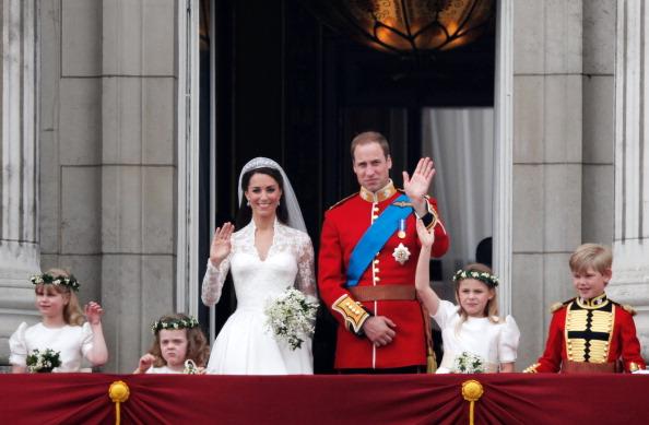 Sarah Burton for Alexander McQueen「Royal Wedding - The Newlyweds Greet Wellwishers From The Buckingham Palace Balcony」:写真・画像(2)[壁紙.com]