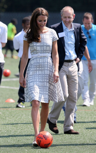 Flared Dress「The Duke And Duchess Of Cambridge And Prince Harry Visit Bacon's College」:写真・画像(10)[壁紙.com]