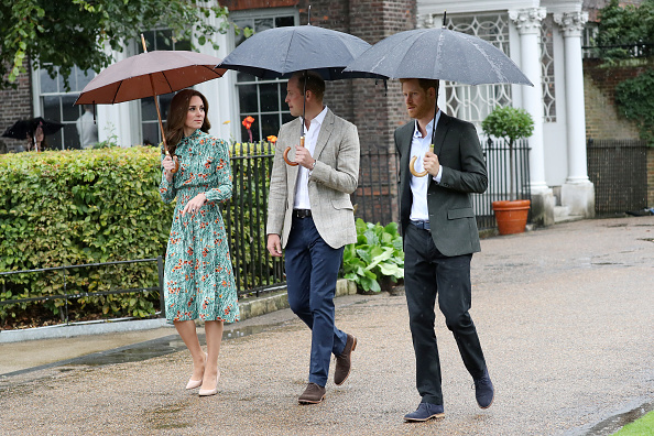 20th Anniversary「The Duke And Duchess Of Cambridge And Prince Harry Visit The White Garden In Kensington Palace」:写真・画像(1)[壁紙.com]