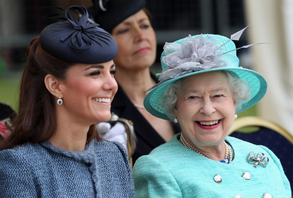 Earring「Queen Elizabeth II and The Duke And Duchess Of Cambridge Visit The East Midlands」:写真・画像(13)[壁紙.com]