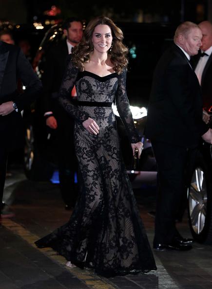 イブニングドレス「The Duke And Duchess Of Cambridge Attend The Royal Variety Performance」:写真・画像(7)[壁紙.com]
