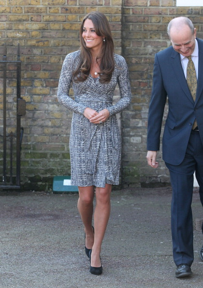 Gray Dress「Catherine,  Duchess Of Cambridge Visits Hope House 」:写真・画像(0)[壁紙.com]