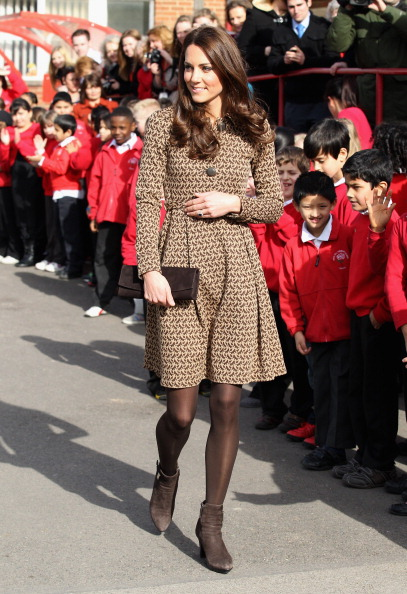 Suede「The Duchess Of Cambridge Visits Rose Hill Primary School」:写真・画像(5)[壁紙.com]