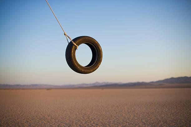 Tire swing in desert:スマホ壁紙(壁紙.com)