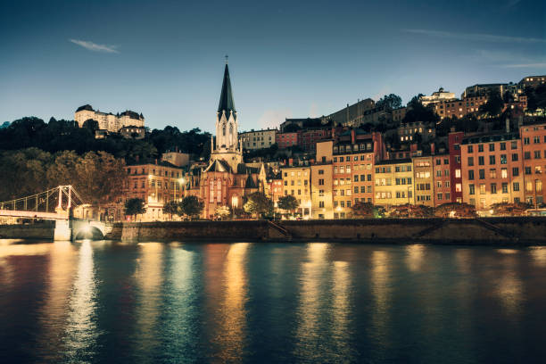 Old town of Lyon at dusk (Lyon, France):スマホ壁紙(壁紙.com)