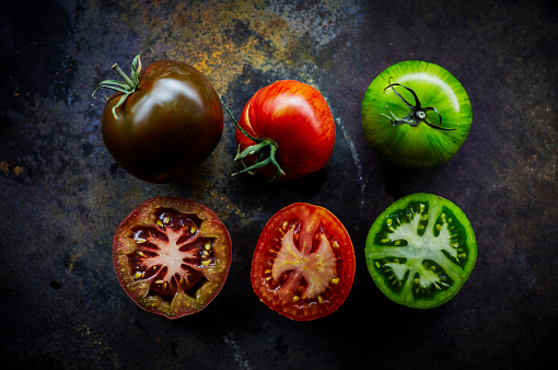 Rusty「Black, red and green tomato and three halves」:スマホ壁紙(16)