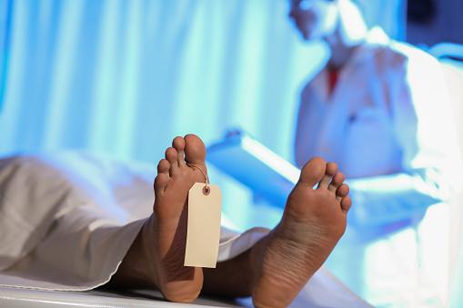 女「Medical Examiner with corpse in morgue.」:スマホ壁紙(6)
