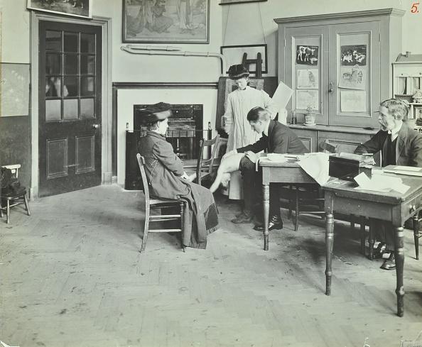 Avenue「Medical Examination, Holland Street School, London, 1911. Artist: Unknown.」:写真・画像(8)[壁紙.com]