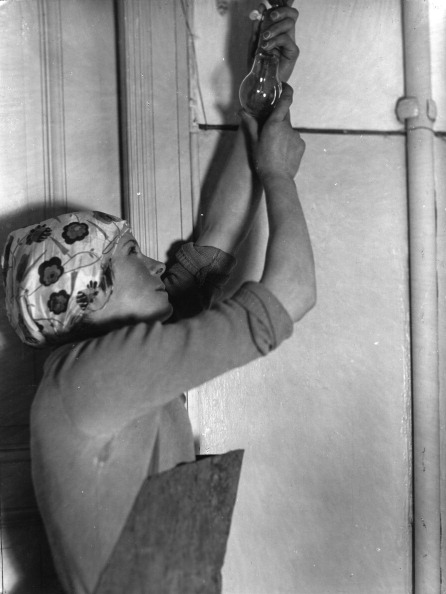 Light Bulb「Woman with headscarf and apron screwing in a bulb」:写真・画像(4)[壁紙.com]