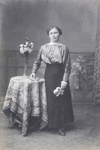 1900「Woman With Bright Blouse And Dark Skirt. Flowers In Her Left Hand. A Book In Her Right Hand. About 1900. Photograph By Josef Henk / Oberhollabrunn.」:写真・画像(17)[壁紙.com]