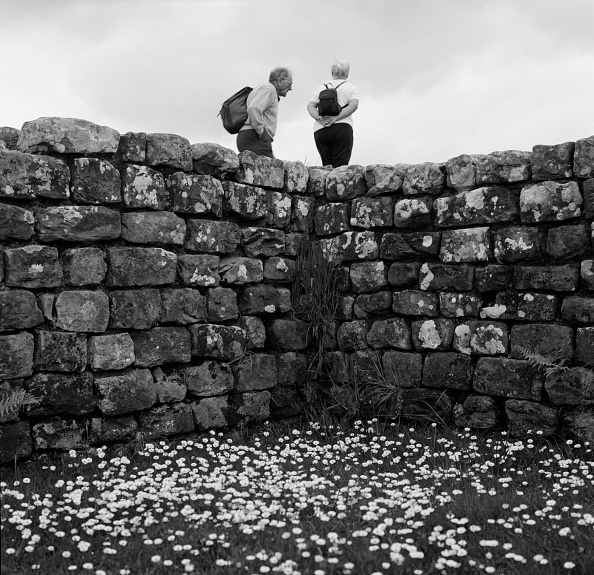 Senior Couple「Hadrian's Wall」:写真・画像(10)[壁紙.com]