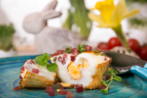 Easter Bunny「Egg muffin with ham cubes on plate and Easter bunny in background」:スマホ壁紙(2)