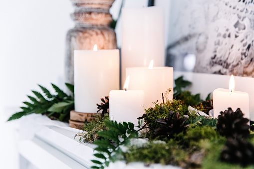 Candlelight「Candles on a mantelpiece with foliage decoration」:スマホ壁紙(14)