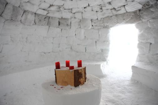 Igloo「Candles on table inside igloo.」:スマホ壁紙(0)