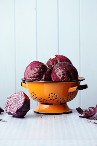 Cabbage「Red Cabbages in colander on kitchen table」:スマホ壁紙(16)