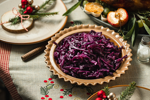 Game Meat「Red cabbage served on dining table」:スマホ壁紙(17)